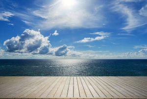 En brygga med havet