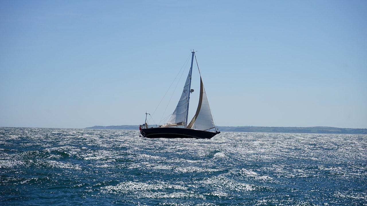 Segelbåt en solig dag