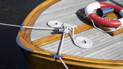 Bär skor som skonar båten