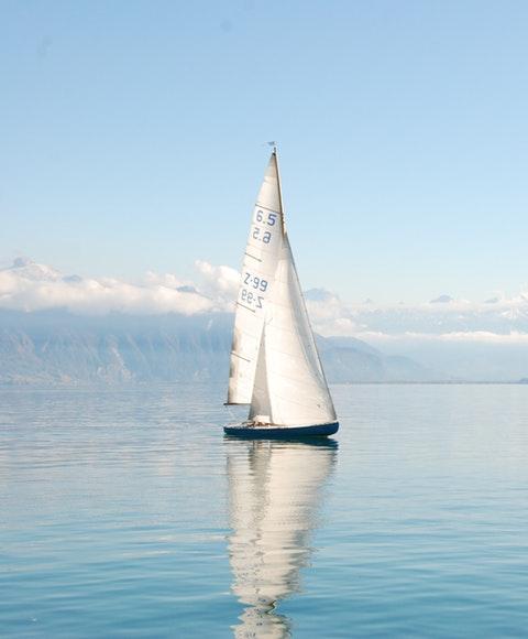 En segelbåt i vattnet