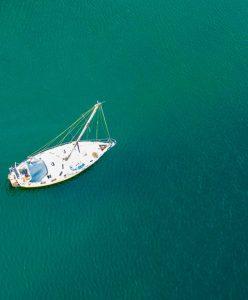 En segelbåt från ovan