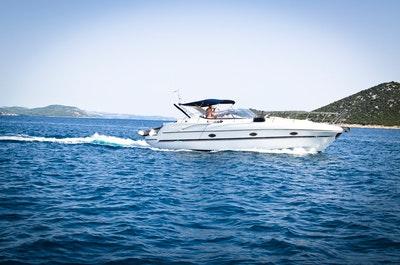Vit motorbåt på havet